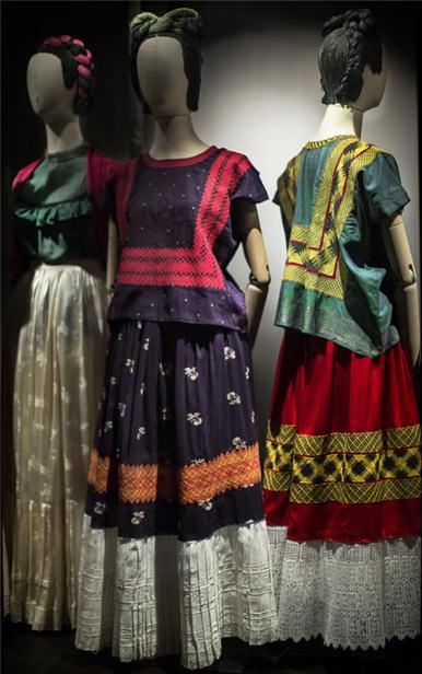 The colors in her wardrobe are amazing. (Museo Frida Kahlo)